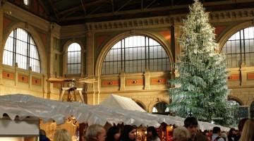 Zurigo: lo Zürcher Christkindlmarkt ha 160 chalet di legno e l?albero di 15 metri, ricoperto da più di 5000 cristalli Swaroski (foto: Valentina Castellano Chiodo)