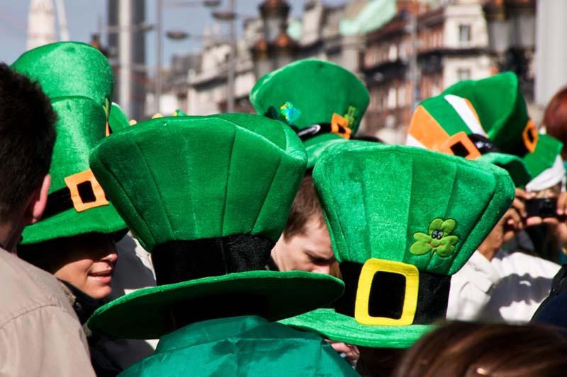 Un fiume di cappelli verdi e arancioni, facce truccate con trifogli e bandiere d'Irlanda, colora le giornate e le strade di Dublino durante la Festa di St. Patrick (foto: Flickr/el_floz)