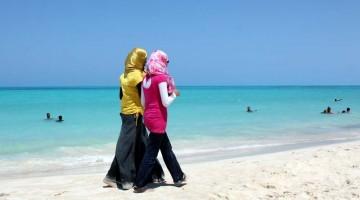 Giovani ragazze passeggiano sulla marina di El Alamein, nella costa nord egiziana (foto:Flickr/~w~)
