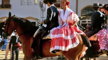 Jerez de la Frontera: cavalli e cavalieri con in sella mujeres in costume (foto: Flickr/Dominic's pics)