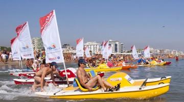 Riviera Beach Games: tra le gare più divertenti c'è la pedalonga, fatta con i tradizionali pedalo della Riviera
