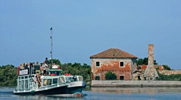 Il Cornio, ex vaporetto veneziano, perfetto per la navigazione sui bassi fondali lagunari, davanti al Casone di Valle Averto