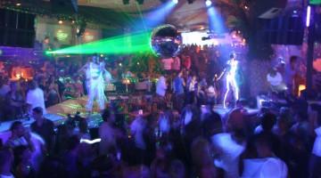 I dj in voga mixano i dischi fino all'alba mentre il pubblico della notte si scatena al Pacha di Ibiza (foto: Fundació promociò turística d'Eivissa)
