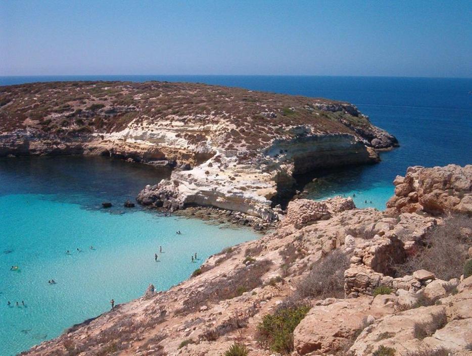 Lampedusa: stanze, barche, spugne e gran mare
