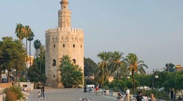 La Torre dell'Oro di Siviglia è una vecchia torre di controllo militare