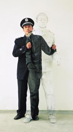 Liu Bolin, l'artista che si nasconde nei paesaggi
