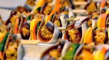 Le sarde a beccafico: i pesciolini aperti come un libro vengono riempiti con mollica, uvetta e pinoli, spesso serviti saltati o stufati con sugo al pomodoro (foto: Flickr/franzconde)