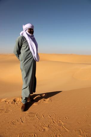 """Libia: un tuareg e il """"suo"""" deserto (foto Carlotta Lombardo)"""