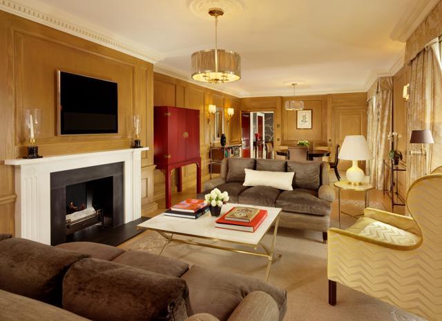 Crisantemi e manichini: pazzie da star in hotel