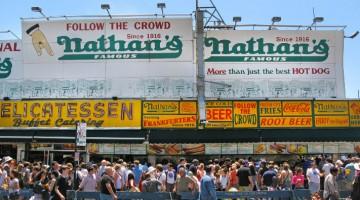 Fila davanti ad uno degli store di Nathan's Famous, famoso per i gustosi hot dogs (foto: Alamy/Milestonemedia)