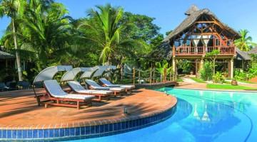 La piscina dell'Amarina  e una  delle suite, tutte vista mare