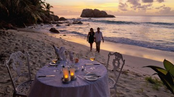 Si cena sulla spiaggia e la privacy è una regola sull'isola di Praslin (foto: Alamy/Milestonemedia)