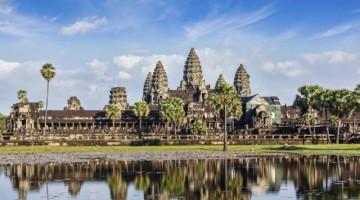 """ANGKOR WAT (CAMBOGIA) – È il più vasto monumento religioso nel mondo, il suo nome in lingua kmer significa """"il tempio della città"""". Costruito nel 12° secolo e diventato simbolo della Cambogia (al punto da essere inserito nella bandiera nazionale), oggi è messo in pericolo dalle migliaia di turisti che ogni anno visitano il sito archeologico di Angkor (ph: Getty Images).523166515Angkor WatGetty Images/iStockphoto"""