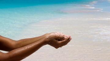 La sabbia rosa finissima della Pink Beach è dovuta ai gusci di molluschi e gamberetti che vivono all'interno della barriera corallina (foto: Antigua and Barbuda Tourism Authority)