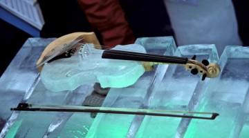 Un violino di ghiaccio adagiato sullo xilofono.