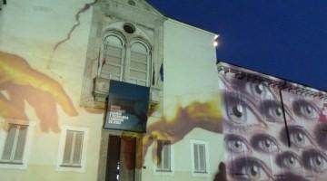Tra le immagini proiettate sulla sede del Museo anche un omaggio a Leonardo.