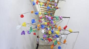 Art Dubai:  l'installazione Plastic Tree C di  Pascale Marthine Tayou . Courtesy : the artist and GALLERIA CONTINUA, San Gimignano / Beijing / Les Moulins