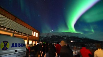 L'Abisko National Park in Svezia è un  luogo ideale per osservare questo fenomeno e  l'Aurora Sky Station, nella foto, è base per il programma Lights Over Lapland organizzato dal fotografo  Chad Blakley durante il quale si possono imparare tutti i segreti per fotografare le aurore boreali. Foto Marco Santini