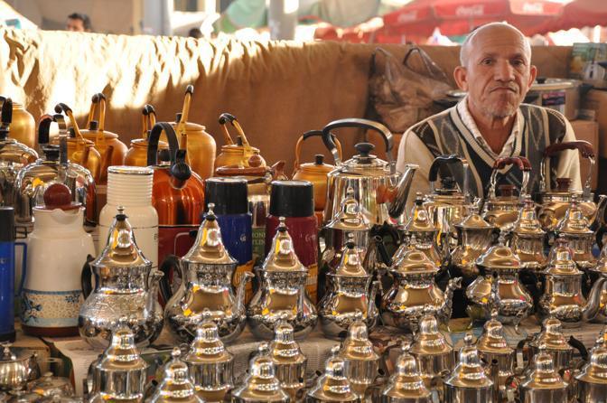 Le teiere in argento nel souk di Agadir. Foto Valentina Castellano Chiodo
