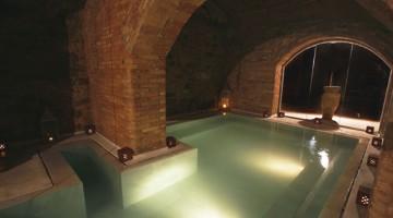 L'Aire de Barcelona, muri con mattoni a vista, quattro piscine a diversa temperatura, docce con aromaterapia e quattro bagni turchi (foto: Aire de Barcelona)