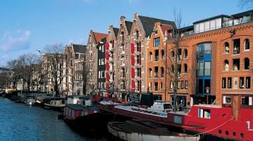 Le tipiche case di Amsterdam, dai frontoni stretti e alti affacciati sui canali