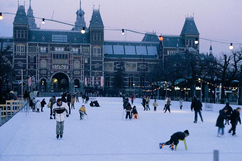 Una pista di pattinaggio sul ghiaccio nel quartiere dei musei di Amsterdam (foto: Ente Turismo Olandese)