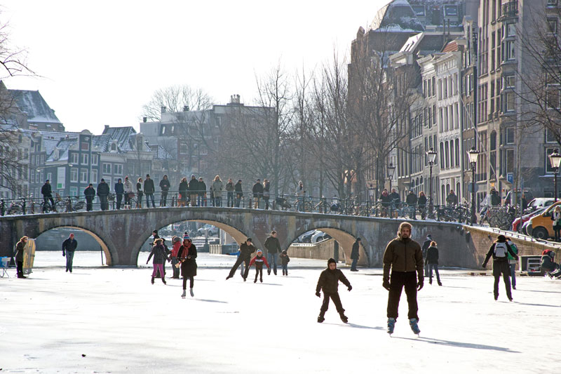 Arriva l'inverno e i canali di Amsterdam ghiacciaio, trasformandosi in piste di pattinaggio (foto: Amsterdam Tourism & Convention Board)