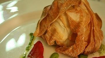 Il fagottino con mozzarella, pomodorini confit e bottarga di tonno è una delle specialità del ristorante Antico Arco di Roma