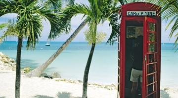 Una phone-box con vista sulla spiaggia. Una testimonianza di quando Antigua era una colonia britannica