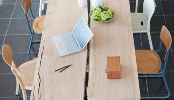 La Triennale del Design di Anversa espone non solo oggetti per la quotidianità, ma anche progetti che indagano la sostenibilità  (Bart Lens Woud tafel Foto Van Rossum)