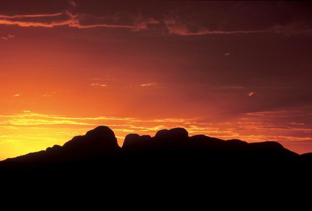 L'incredibile visione dell'Ayers Rock , il più imponente massiccio roccioso dell'Outback australiano, che si tinge di rosso