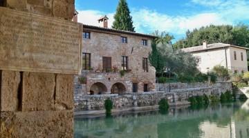 La vasca di acqua termale al centro del paese di Bagni Vignoni (foto: Flickr/Olivia&Marino)