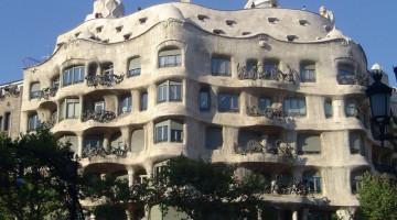 Casa Mila, detta anche la Pedrera, progettata da Gaudí, è ra gli eleganti palazzi del Passaig de Gratia