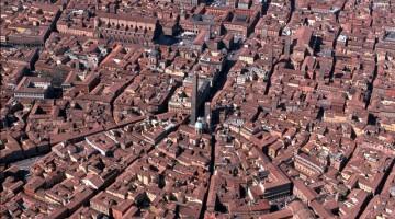 Il centro storico di Bologna visto dall?alto (foto: Meridiana Immagini Bologna)