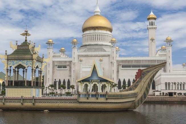 Sultan Omar Ali Saifuddin Mosque in Bandar Seri Begawan