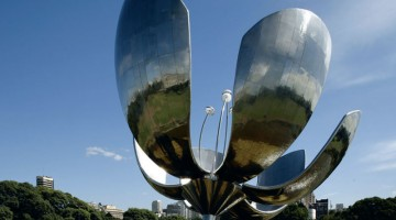 Il gigantesco Tulipán, in acciaio, muove i suoi petali al variare della luce