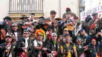 Durante il Carnevale di Cadice si esibiscono centinaia di band musicali improvvisate (foto: Flickr/Manogamo)
