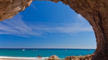 Cala Luna, una delle spiagge più belle (e gratuite) della Sardegna (foto Alamy/Milesotne Media)