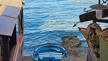Una piccola barca sulla spiaggia di Chianalea, non lontano da Scilla