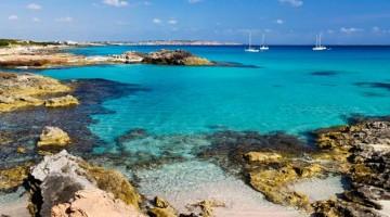 FORMENTERA – Es Caló de Sant Agustí e Ses Platgetes: è una delle calette più belle a sud-est dell'isola, dove si rincorrono baiette rocciose amate dai nudisti  Es Calo, FormenteraCNHRG5CNHRG5 Es Calo, FormenteraAlamy