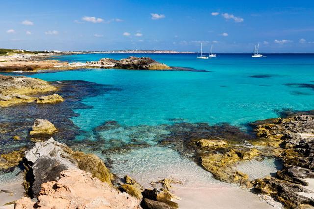 FORMENTERA - Es Caló de Sant Agustí e Ses Platgetes: è una delle calette più belle a sud-est dell'isola, dove si rincorrono baiette rocciose amate dai nudisti  Es Calo, FormenteraCNHRG5CNHRG5 Es Calo, FormenteraAlamy