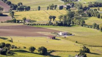 Il paesaggio agricolo di Recanati, nell'entroterra Anconetano, cantato nelle più celebri poesie di Leopardi (foto Getty).