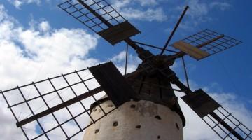 Fuerteventura è disseminata di antichi e candidi mulini a vento (foto: Rossana Caviglioli)