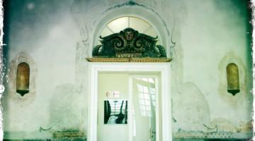L'ingresso della neogotica Casa dei Tre Oci, nata come casa-studio dell?artista Mario De Mata (foto Carlotta Lombardo)