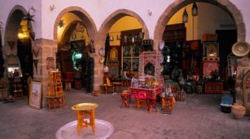Uno dei negozi tipici nel centro di Casablanca (foto Alamy/Milestone Media)