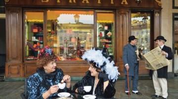 Il rito della cioccolata calda nei caffè storici di Torino, in uno scatto del Gruppo Fotografico la Mole all'ultimo CioccolaTò. Il caffè Stratta si trova in piazza San Carlo 191