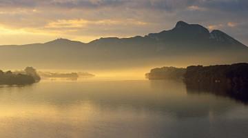 Il promontorio del Monte Circeo all'alba. La foschia che lo avvolge fa sembrare lo sperone di roccia un'isola