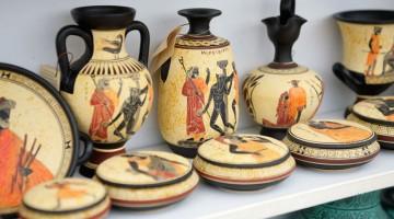 Vasi e souvenir in vendita vicino al Palazzo di Cnosso (foto: Alamy/Milestonemedia)