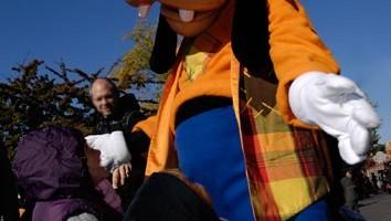 Pippo incontra i suoi piccoli amici nel parco di Disneyland