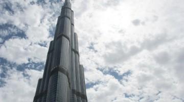 Nelle giornate di foschia capita che il Burj Khalifa, alto 828 metri, sia circondato dalle nubi (foto: Sara Bovi)